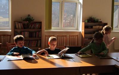 Děti si prohlížejí knížky